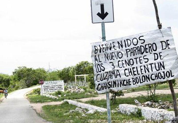 Los señalamientos improvisadas para llegar a los cenotes, están hechos por los mismos pobladores. (Milenio Novedades)