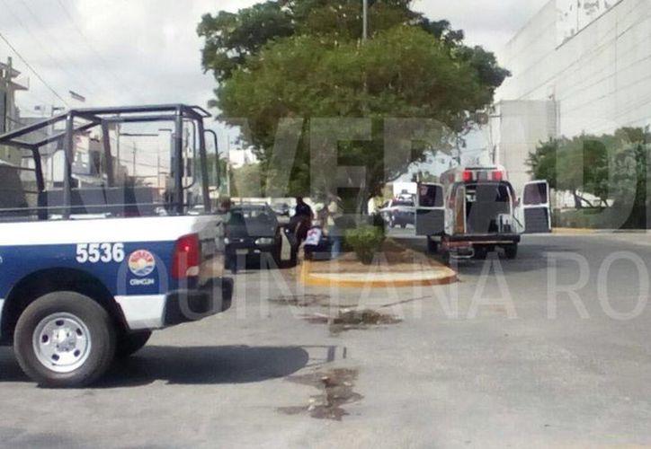 La persona lesionada fue atendida por los paramédicos de la Cruz Roja. (Eric Galindo/SIPSE)