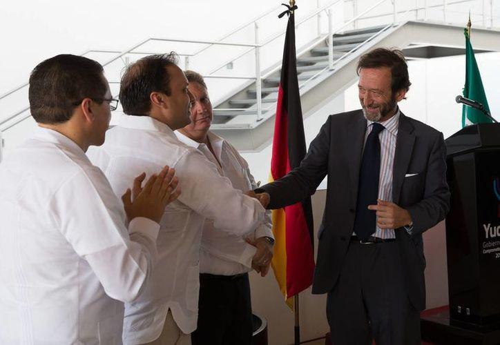 Este martes fue presentado el nuevo cónsul honorario de Alemania en Yucatán, Wolfgang Rudolf Kresse González (de ropa oscura). (Foto cortesía del Gobierno de Yucatán)