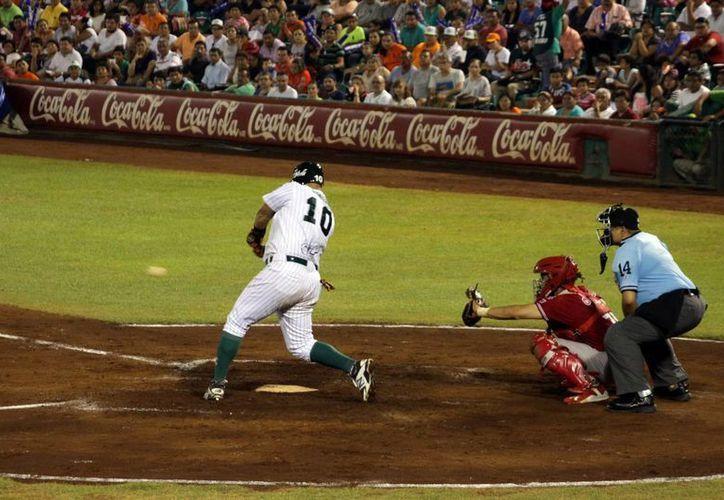 Leones aprovechó su localía para vencer 3 a 1 a Rojos del águila de Veracruz en gran duelo de pitcheo. En la foto, Héctor Giménez pega tremendo biangular con el que entraron las únicas carreras de los reyes de la selva en el primer juego de la serie. (Milenio Novedades)
