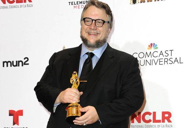 """Guillermo del Toro recibió el """"Premio Anthony Quinn por Excelencia en la Industria"""" que entregan los Alma. (AP)"""