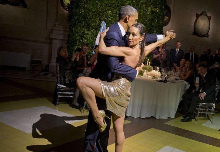 Un Obama relajado ensayó los pasos del '2x4', el ritmo del tango, invitado por la bailarina Mora Godoy. (Agencias)