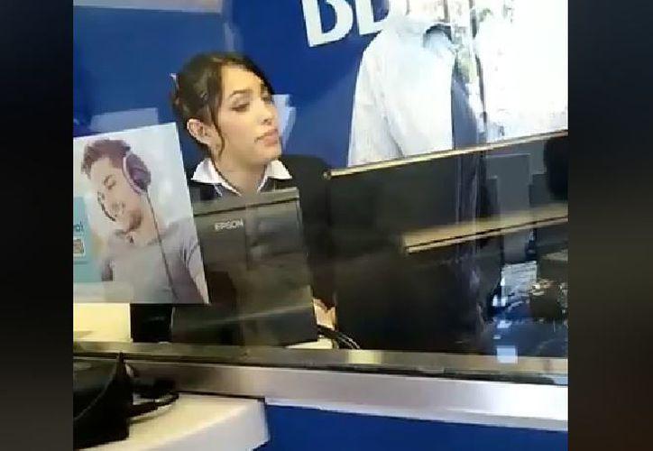 La mujer señala a la cajera del banco de presuntamente dar aviso a los sujetos que le robaron el dinero. (Captura)