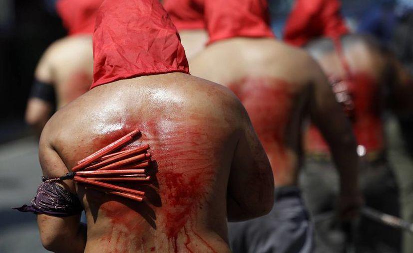 Un grupo de penitentes se flagelan durante una procesión en el barrio de Mandaluyong, al este de Manila, Filipinas. (AP)