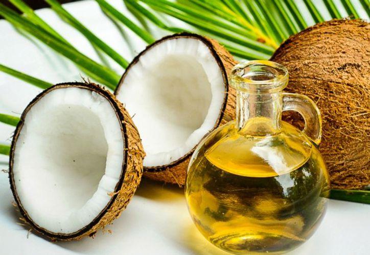 Contrario a lo que se piensa, el aceite de coco contiene más grasas saturadas que el de oliva y el de canola. (FoodPress)