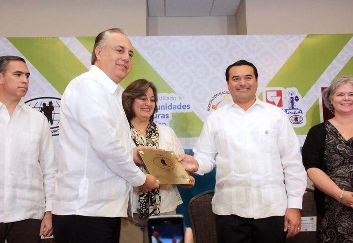 El alcalde de Mérida, Renán Barrera, recibió el certificado de Comunidad Segura. (Milenio Novedades)