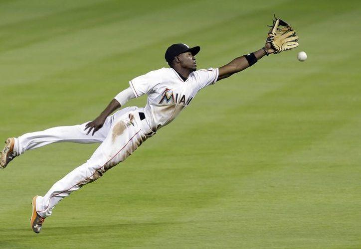 Atajadón del segunda base Dee Gordon en la victoria de Marlins de Miami sobre Rays de Tampa Bay en Grandes Ligas. (Foto: AP)