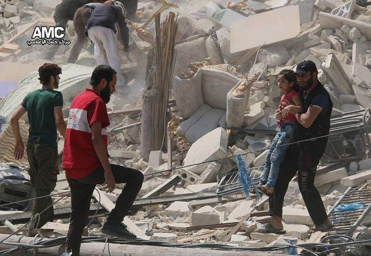 Los ataques del régimen sirio dejaron este sábado 17 muertos, en Alepo, durante un funeral. (AP)