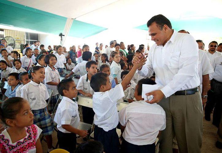 Rolando Zapata Bello convivió con niños durante su visita. (Milenio Novedades)