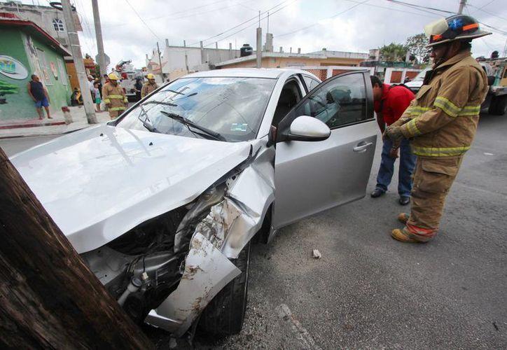 Velocidad excesiva y no respetar los señalamientos de transito dejar miles de pesos en pérdidas ayer en Cozumel. (Gustavo Villegas/SIPSE)