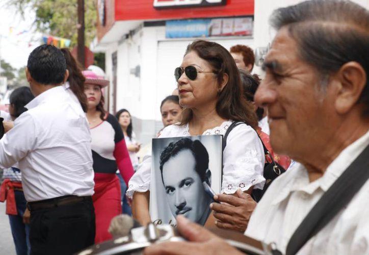 """Reunidos en la esquina de """"La Socorrito"""", vecinos y seguidores recordaron al artista con fotografías y camisetas. (Novedades Yucatán)"""