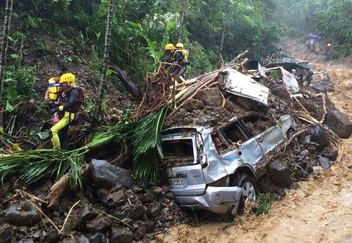 A pesar de que la fuerza del tifón 'Soudelor' disminuyó, en Taiwán, donde dejó varios muertos, se mantendrán el mal tiempo. China se prepara para recibir los embates del meteoro. (AP)