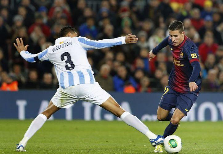 El español Pedro Rodríguez disputa el balón con Wellington Robson, jugador brasileño del Málaga. (Agencias)