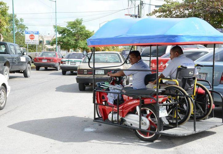 La mayoría ya han modificado sus motocicletas con techos de lonas y asientos a los costados para transportar a las personas. (Victoria González/SIPSE)