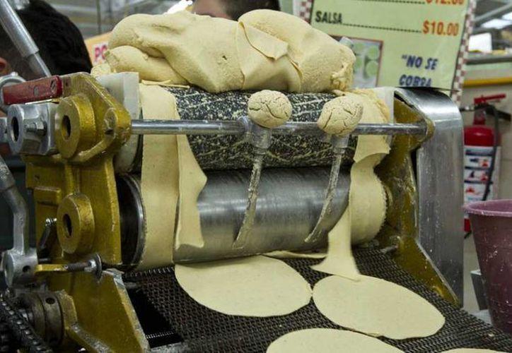 El kilogramo de tortilla en México ha sufrido incrementos desde el inicio del año. Maseca se comprometió a no aumentar el precio de la harina de maíz en el primer trimestre de 2017. (Archivo/Notimex)