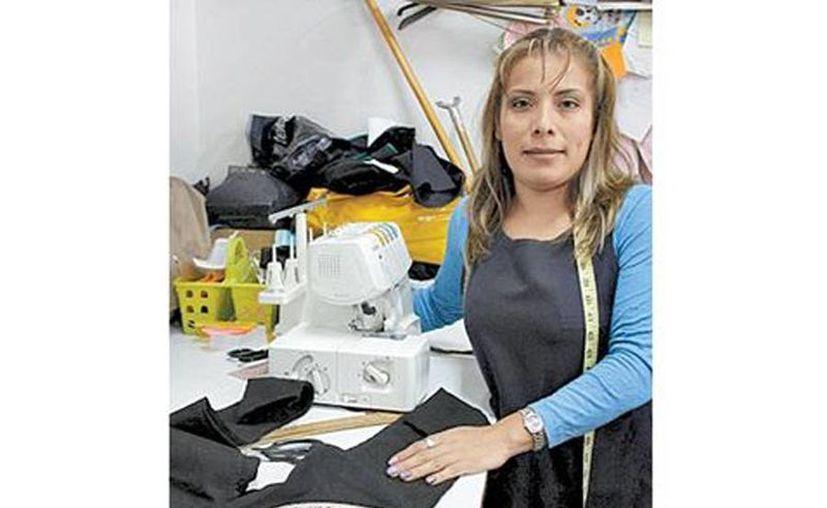 Zulaika Flores, costurera en un taller de la colonia Roma, debería ganar por lo meno 86.84 pesos diarios, pero su percepción es de unos 41 pesos. (Nelly Salas/Milenio)