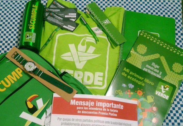 Imagen del kit escolar y el mensaje que ahora reparte el Partido Verde. (Foto tomada del Twitter @claussentonta)