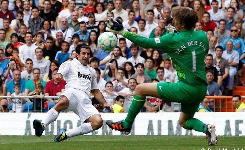 Figo (i), mejor jugador del mundo en 2000, será una de las estrellas que juegue en los partidos. (arnoldbalati.blogspot.com/Archivo)