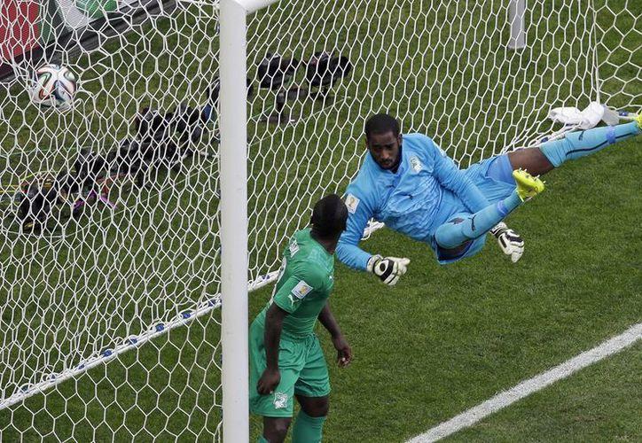 James Rodríguez puso adelante a Colombia ante Costa de Marfil en el Mundial. (Fotos: AP)