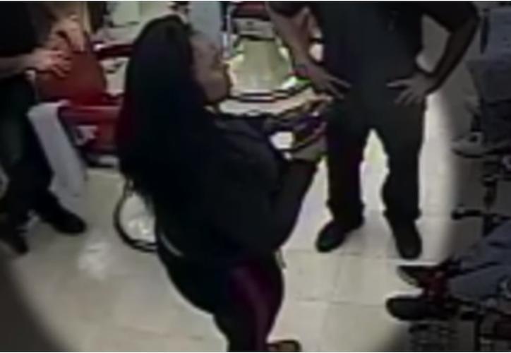 La policía de Cleveland intenta actualmente identificar a la mujer y determinar su ubicación. (Captura Youtube).