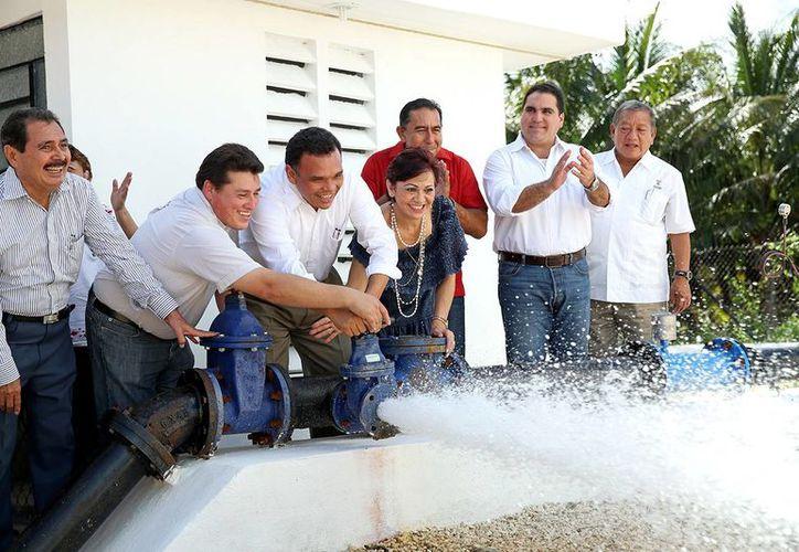 El gobernador Rolando Zapata puso en funcionamiento las ampliaciones de la red eléctrica y del agua potable en  Dzilam González. (Cortesía)
