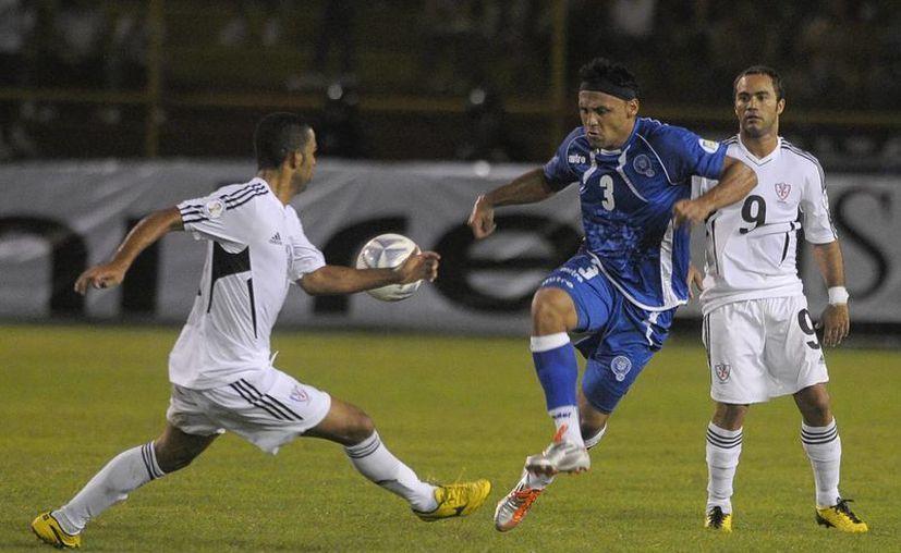 Alexander Escobar Rosales (c) es uno de los jugadores salvadoreños que ha quedado marcado de por vida. (EFE)