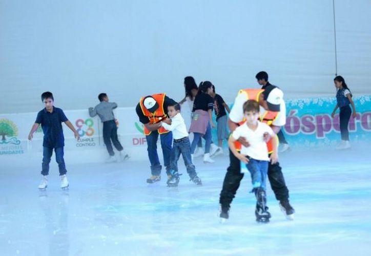 Los niños que viajaron a Cancún para conocer la pista de hielo y el mar. (Notimex)