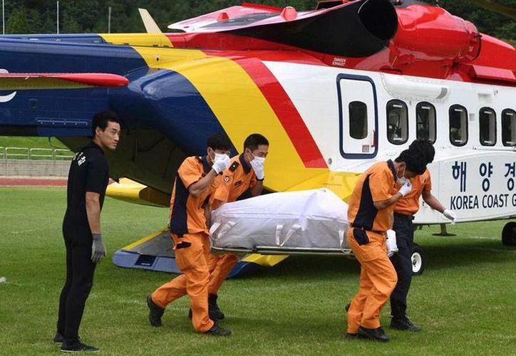 La guarda costera rescató al menos 10 cadáveres, tras el naufragio de una embarcación pesquera, hallada frente a la isla de Jeju, Corea del Sur. (AP)
