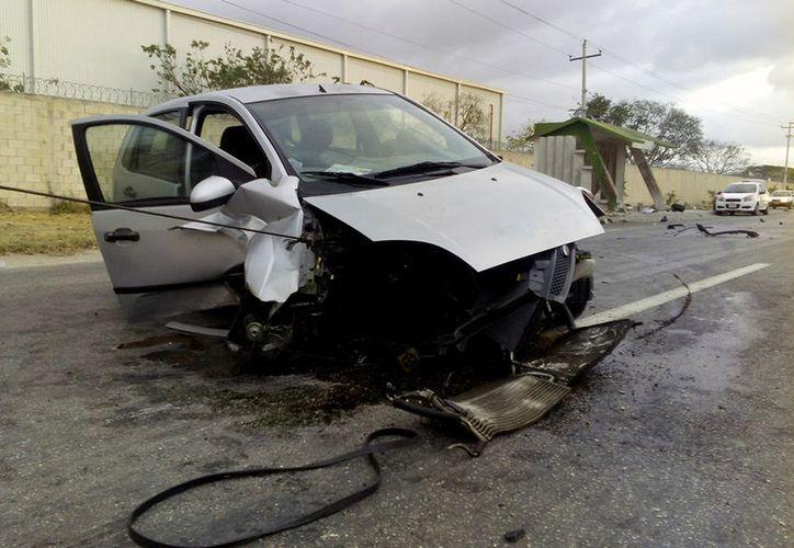 Un auto, cuyo conductor se durmió al volante, se estrelló contra un paradero de autobuses, en San Lorenzo, Umán. (Carlos Navarrete/SIPSE)