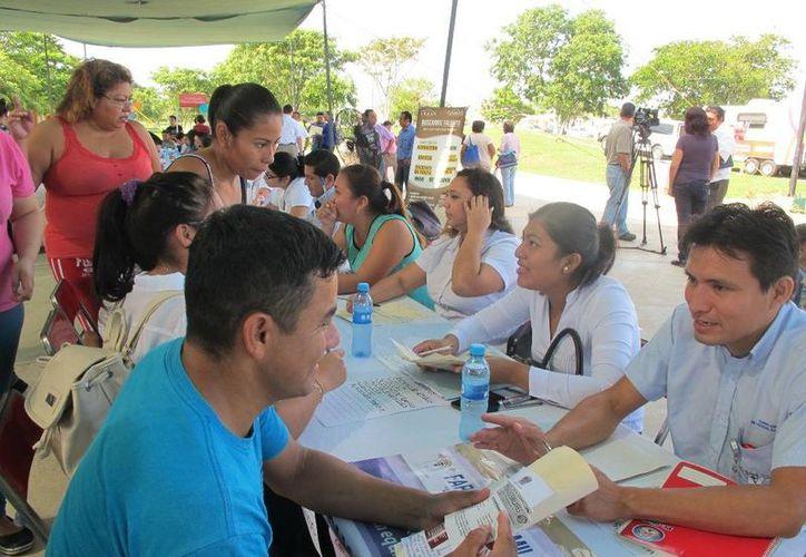 El gobierno ofreció empleos con sueldos de 3 a 12 mil pesos mensuales a vecinos del fraccionamiento Villa Magna II y colonias aledañas a través del programa 'Bolsa de trabajo en tu colonia'. (SIPSE)