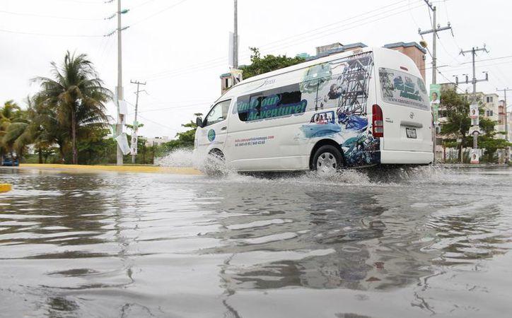 El agua alcanzó los 50 centímetros de altura impidiendo el paso de vehículos como automóviles compactos, estándar y motocicletas. (Jesús Tijerina/SIPSE)