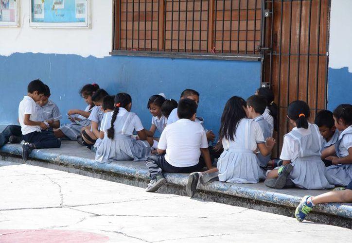 Padres de familia fueron contratados para limpiar las escuelas. (Victoria González/SIPSE)