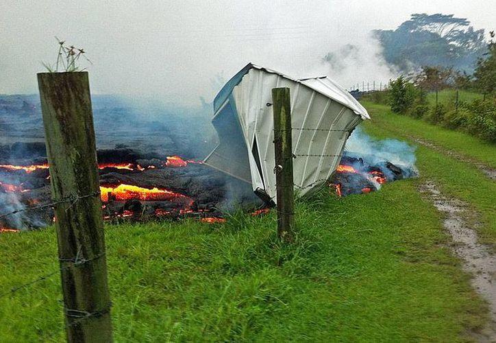 Las autoridades de Hawái avisaron desde agosto pasado que los ríos de lava de volcán Kilauea amenazaban con destruir viviendas. Esto ya está ocurriendo, como puede verse en la imagen de esta pequeña estructura. (AP/Archivo)