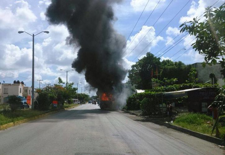 El vehículo sufrió una falla mecánica; ninguno de los pasajeros resultó lesionado a causa del accidente. (Redacción/SIPSE)