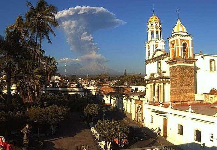 La columna de humo se puede observar desde varios kilómetros a la redonda. (Excélsior)