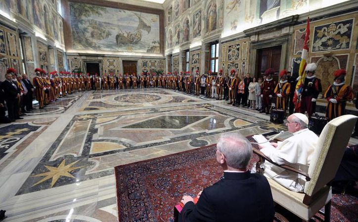 El Vaticano reveló la agenda oficial del viaje del Papa Francisco a Brasil. En la imagen, el Pontífice recibe a guardias suizos y sus familias. (Agencias)