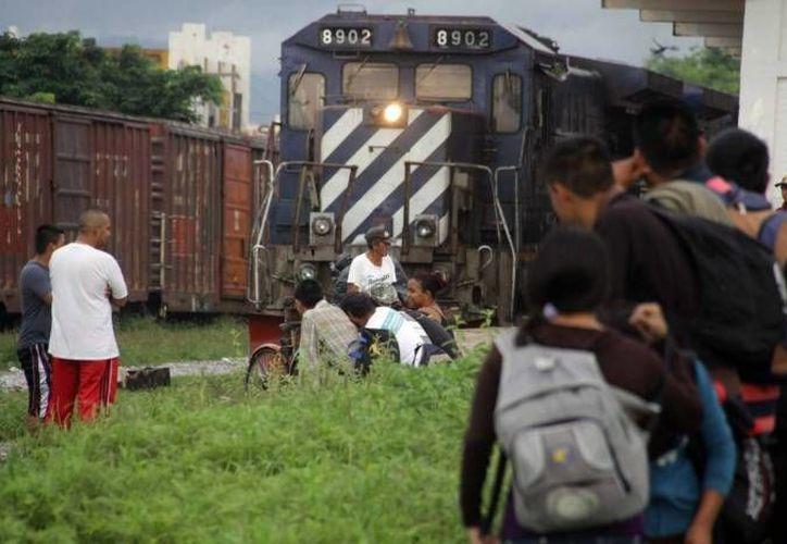 De 2009 a 2013 México recibió la solicitud de refugio de cuatro mil 589 personas de diferentes nacionalidades. Un grupo de inmigrates esperan en las vías para abordar al tren llamada 'La Bestia'. (Archivo/Agencias)