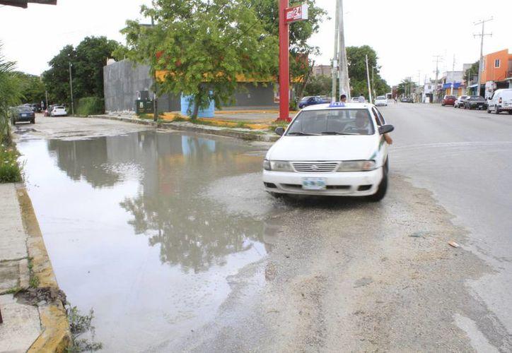 En diversas calles de la ciudad se registraron encharcamientos. (Sergio Orozco/SIPSE)