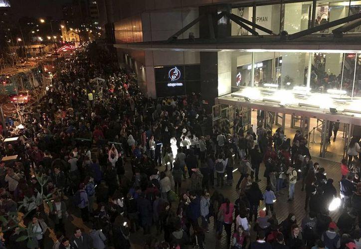 Miles de chilenos permanecieron horas en las calles al percibir el fuerte movimiento de la tierra. El sismo fue de magnitud 8.4, el mayor registrado desde 1943. (AP)
