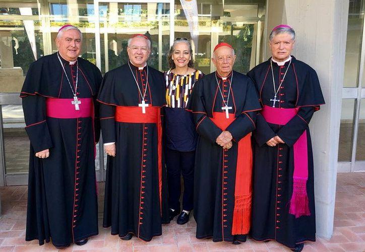 El Arzobispo emérito (Izq.) fue uno de los primeros alumnos de ese colegio. (Foto: Milenio Novedades)