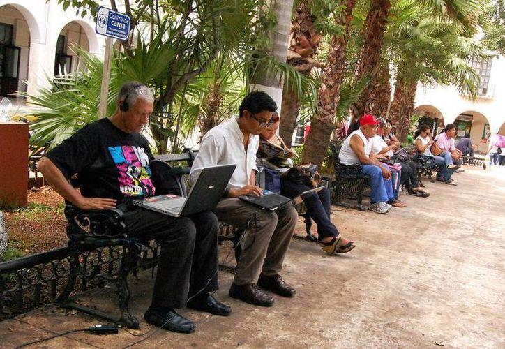 De los 500 parques públicos que existen en Mérida, solo 125 cuentan con el servicio gratuito de internet. Una licitación federal impide la instalación a 100 nuevos parques. (Archivo/SIPSE)