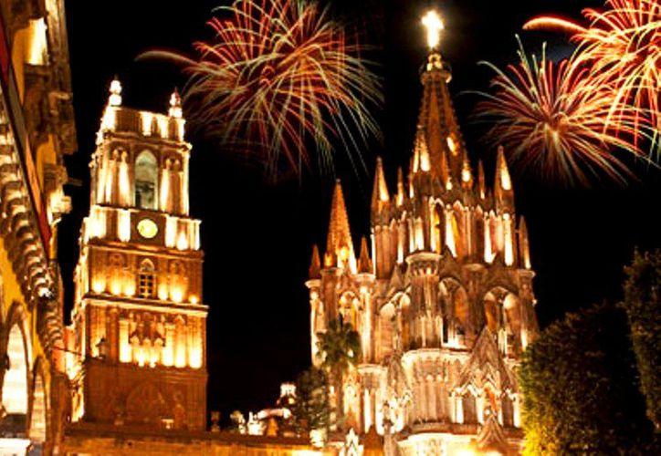 Miles de personas se reúnen en San Miguel de Allende, el cual se llena de color, música y fuegos artificiales, se vive al máximo el espíritu de la independencia de México. (Internet/Contexto)