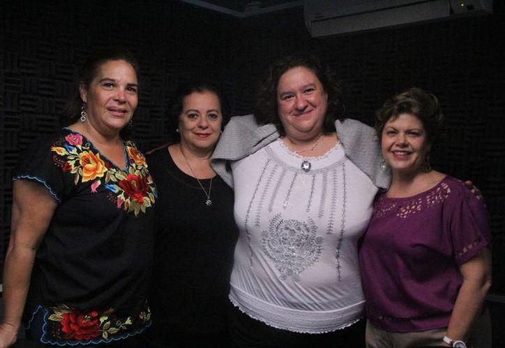 """Esperanza Nieto y Alis García con sus invitadas en el programa """"Salvemos una Vida"""". (José Acosta/SIPSE)"""