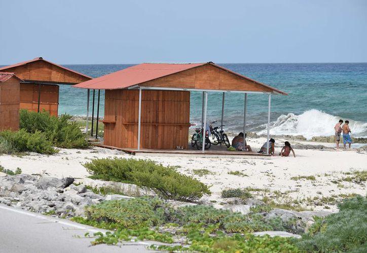 Las dos estructuras de madera se encuentran a la altura del kilómetro 49 de la carretera costera oriental en la isla. (Gustavo Villegas/SIPSE)