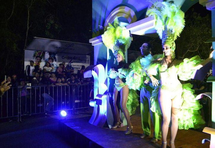 Las actividades por el Carnaval de Mérida dieron nueva vida esta noche a la Plaza Carnaval ubicada en el recinto de la Feria Xmatkuil. (Foto: Jorge Acosta/SIPSE)
