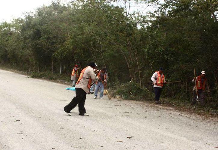 Un 'ejército' de 100 trabajadores labora 10 horas al día para limpiar y 'despejar' las instalaciones de la Feria Yucatán Xmatkuil, en donde se realizará el Carnaval de Mérida 2014. (Cortesía)