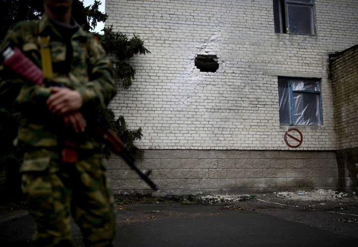 Fachada del hospital infantil de Slaviansk, Ucrania, que ha resultado dañado durante los enfrentamientos entre las tropas ucranianas y los manifestantes prorrusos hoy. (EFE)