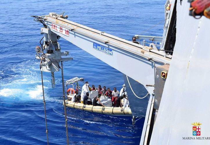 Italia rescató, en las últimas horas, a cuatro mil 700 migrantes en el mar Mediterráneo. La imagen corresponde a un operativo realizado el sábado 22 de agosto. (AP)