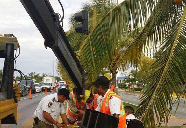 El miércoles comenzó el retiro de semáforos de la zona hotelera de Cancún. (Sergio Orozco/SIPSE)