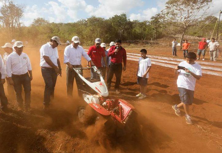Pequeños productores agrícolas recibieron este jueves apoyo de motocultores. (Fotos cortesía del Gobierno)